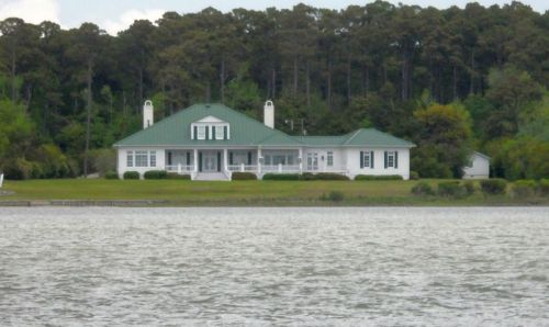 Character of the houses along the ICW has changed completely once again.  I sure like this one.